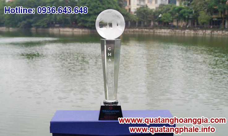 Cúp bóng đá chất liệu cúp pha lê là món quà tặng ý nghĩa để tôn vinh các nhà vô địch cung như làm cho giải thi đấu thể thao thêm phần đáng nhớ