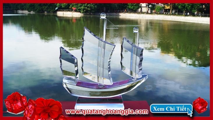 Thuyền buồm pha lê 3 cánh phong thủy màu trắng trong suốt